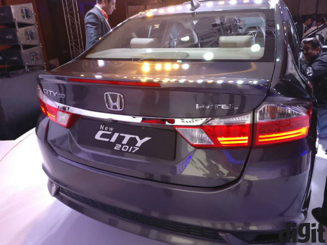 Price of the new Honda city 2017 ex showroom delhi pic.twitter.com/kGZS7V6rlz — Digit (@digitindia) February 14, 2017