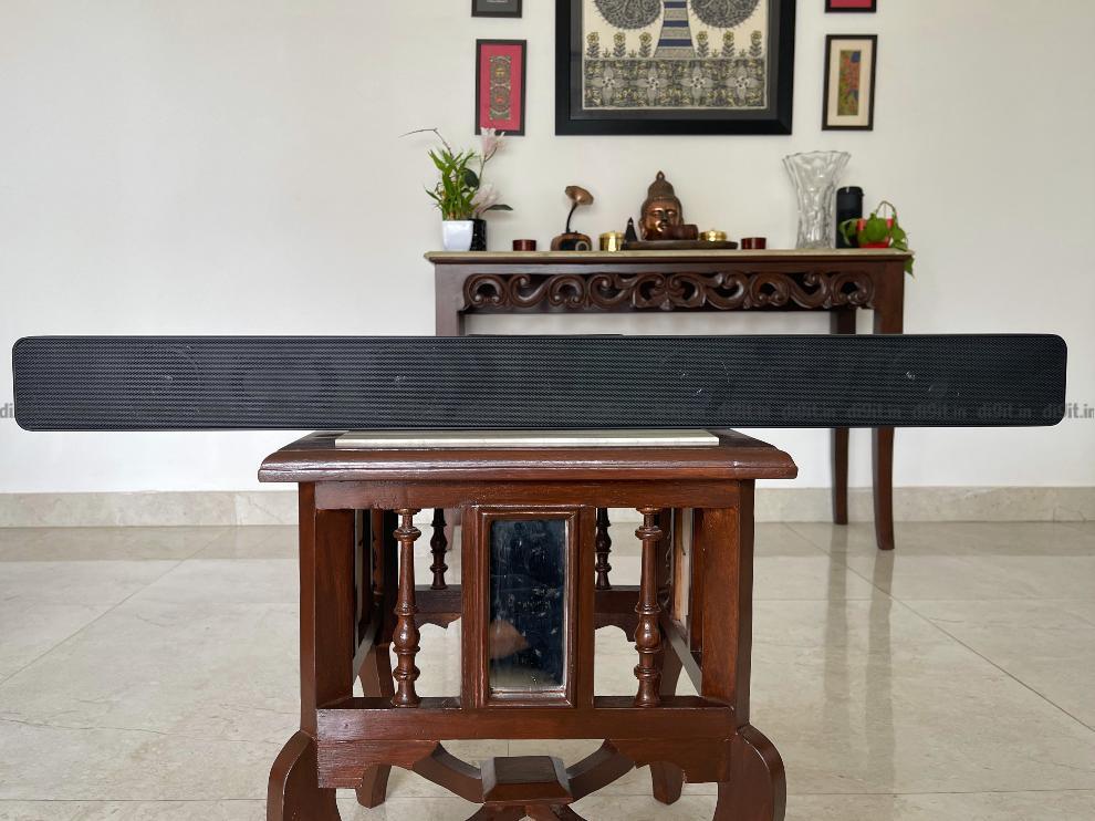 सारेगामा कारवां म्यूजिकबार का डिजाइन साधारण है।