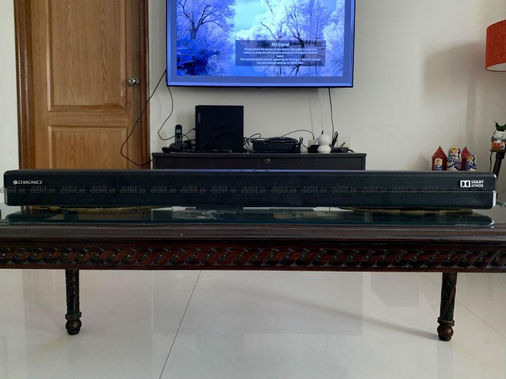 साउंडबार 50 और 55 इंच के टीवी के नीचे फिट बैठता है।