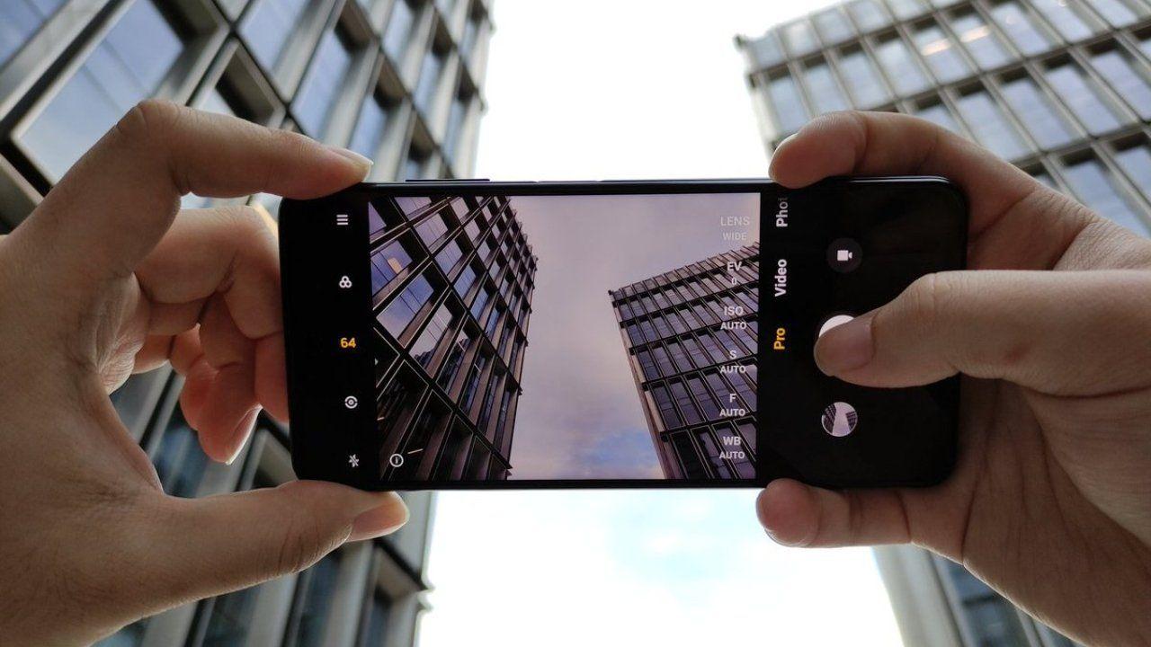 Slide 2 - জলের দরে কেনা যাবে দুর্দান্ত ফিচার সহ এই স্মার্টফোন, একধাপে কমে গেল দাম