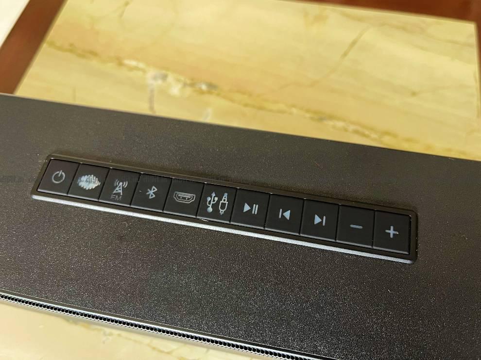 साउंडबार में ऊपर की ओर भौतिक नियंत्रण होते हैं।