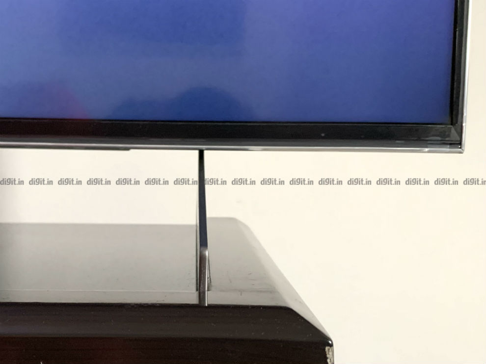 The feet of the Sony X90H TV are quite slim.