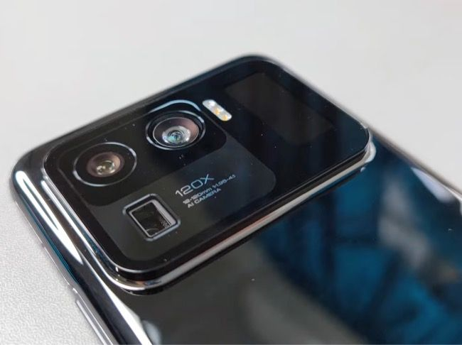 The video shows off the Mi 11 Ultra in different angles