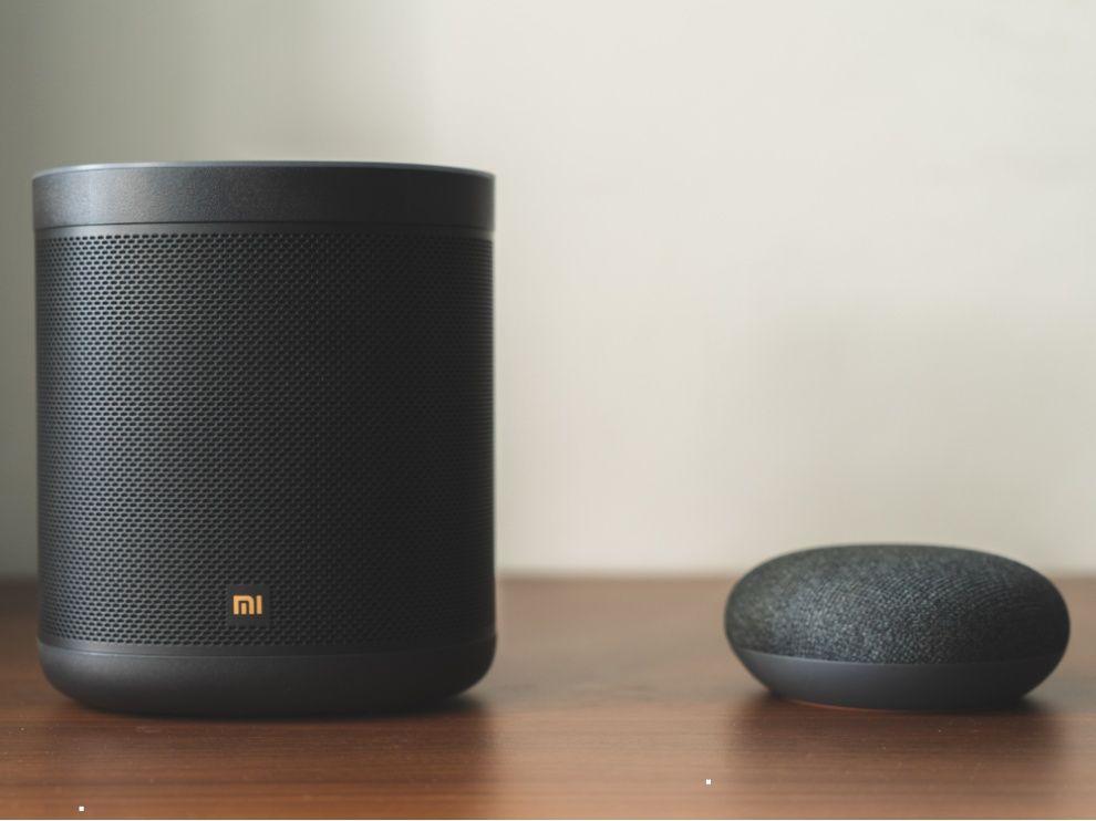Mi Smart Speaker next to Google Home Mini
