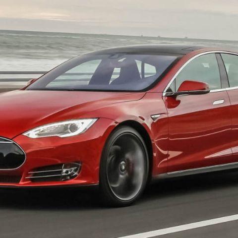 Tesla Model S crashes with Autopilot active, driver dies