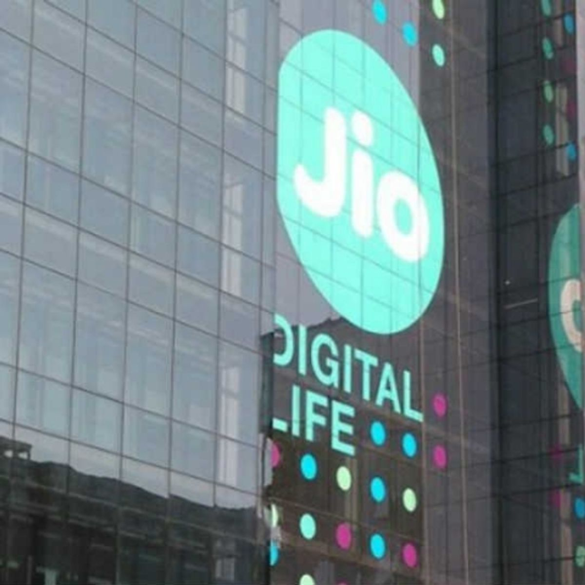 Reliance Jio offering cashback upto Rs 3,300 on recharge of
